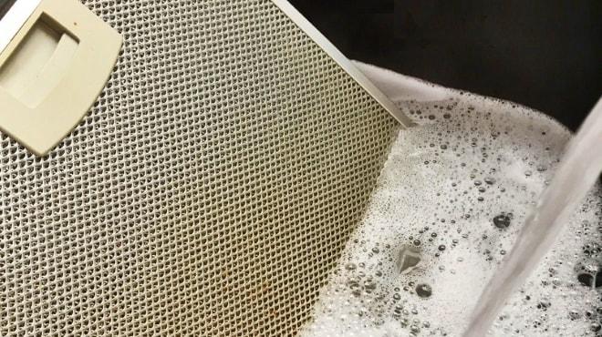 Не слишком сильные загрязнения легко удалить с помощью обычного моющего средства для посуды