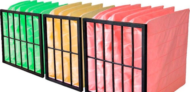 В системе приточно-вытяжной вентиляции применяются рулонные, ячейковые, кассетные, мешочные фильтры