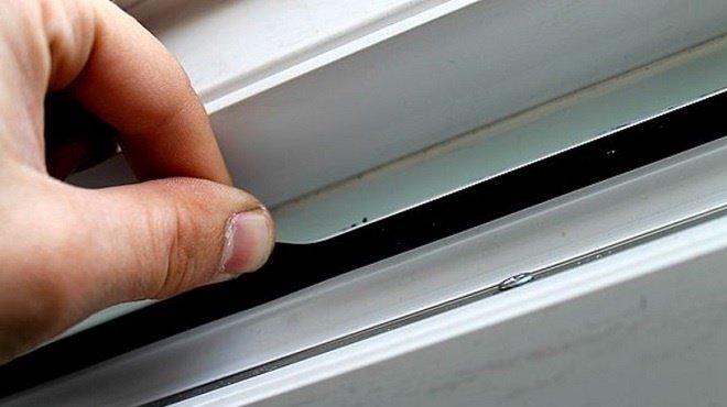 Для монтажа приточного клапана необходимо демонтировать часть оконного утеплителя