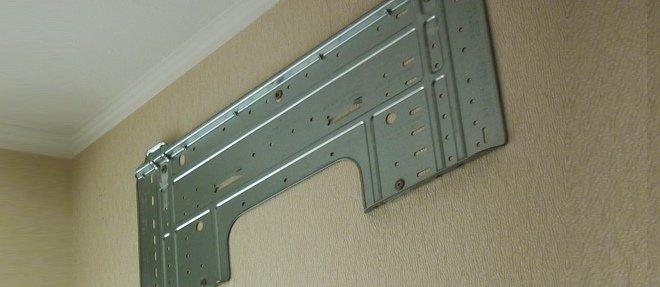 Установленная и закрепленная металлическая пластинка