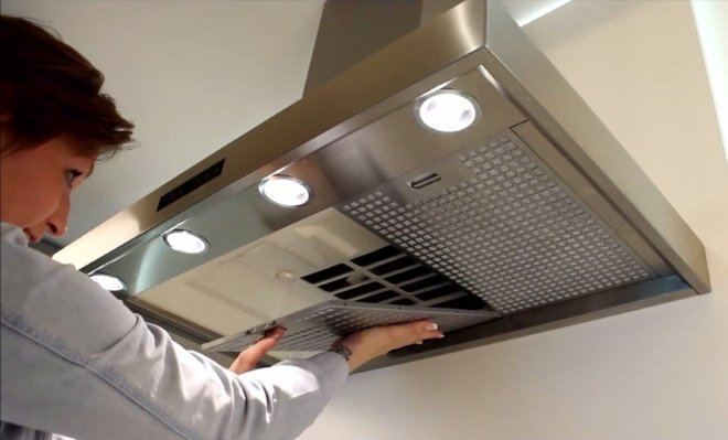 Чистка корпуса кухонной вытяжки должна быть регулярной и качественной
