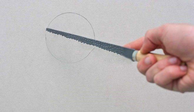 Круглое отверстие в потолке для установки анемостата