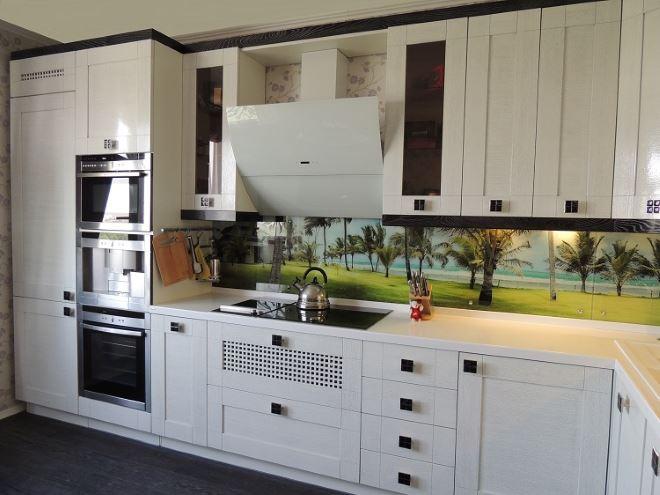 современная наклонная модель кухонной вытяжки