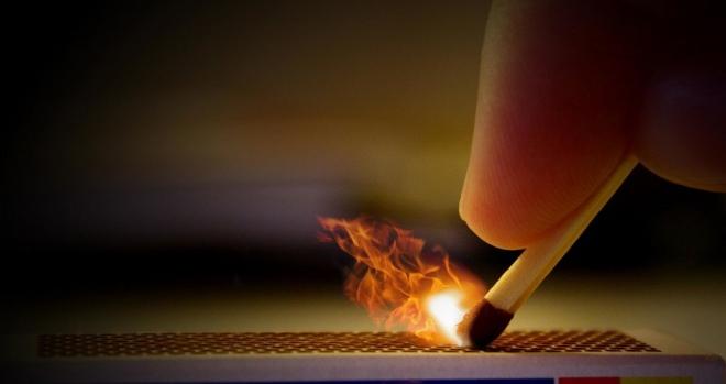 Если в воздуховоде есть тяга, пламя огня будет отклоняться